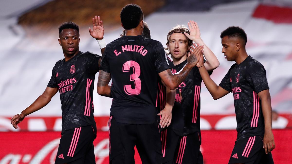 """ريال مدريد يسحق غرناطة برباعية و يشعل المنافسة على """" الليغا """""""