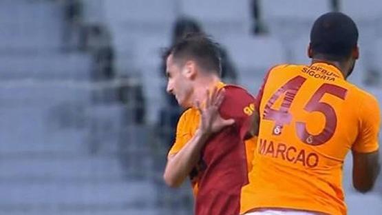 ماركوس لاعب غلطة سراي التركي يضرب زميله