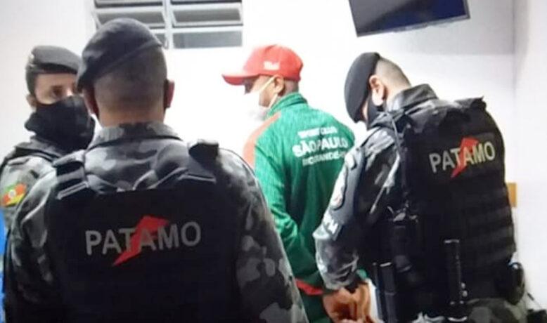 اعتقال لاعب خلال المباراة بسبب الاعتداء على الحكم